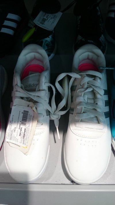 Низкая цена на женские белые кроссовки Adidas