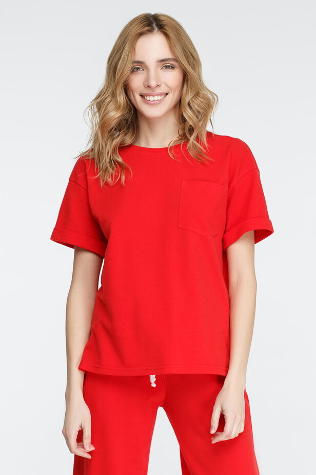 Червона футболка з кишенею
